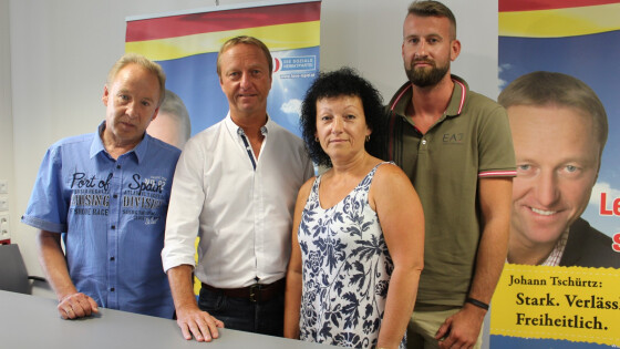 FPÖ-Chef Hans Tschürtz mit den Ortspartei-Mitgliedern Josef und Michaela Brandlhofer und Daniel Zebedin