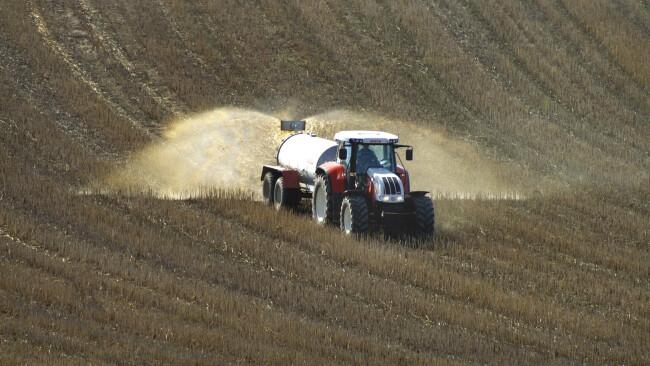 Bauer Landwirt Traktor Feld düngen Dünger