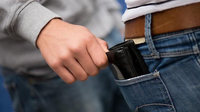 Die Geldbörse sollte nicht in den hinteren Hosentaschen stecken