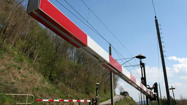 Bahnschranken Bahnübergang Bahnkreuzung Symbolbild