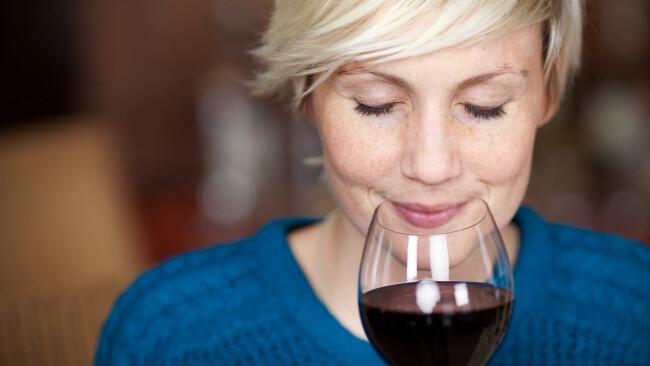 Wein Symbolbild Weingenuss Weinverkostung Rotwein Weinglas Trinken