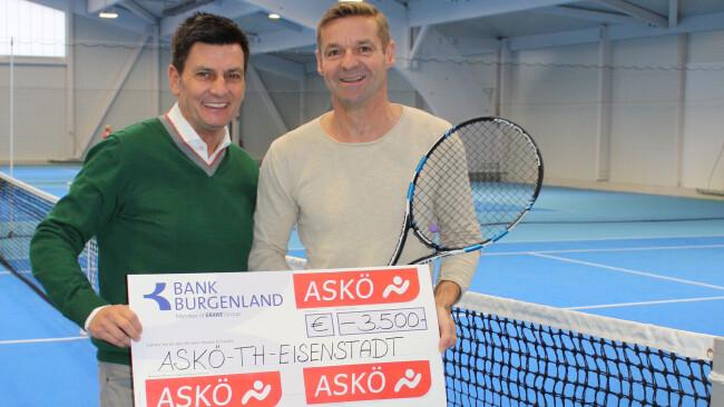 ASKÖ Präsident Christian Illedits übergibt symbolisch Obmann Heinz Mock in der neu errichteten Tennishalle in Eisenstadt die Förderung  der ASKÖ Burgenland.