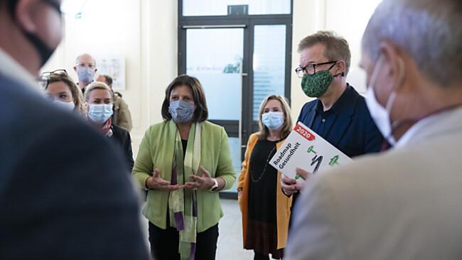 Szene von der Petitionsübergabe in Wien