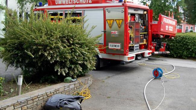 Stadtfeuerwehr Pinkafeld pumpte Heizöl aus vom Hochwasser beschädigten Öltanks