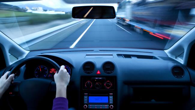 Raser Raserin Radar Auto Lenker Lenkerin Steuer Symbolbild