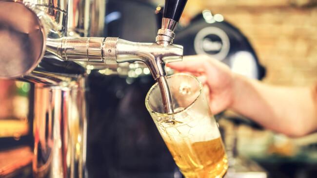 Wirt Zapfhahn Bier Gastro Gastronomie Lokal Restaurant Symbolbild