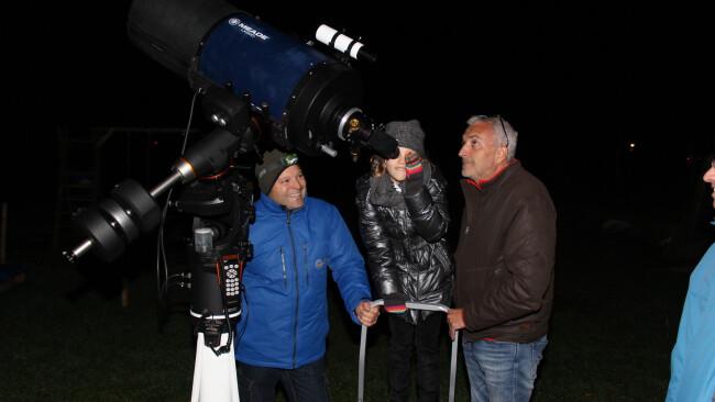440_0008_7090032_mat45jj_jana_schaut_durch_teleskop.jpg