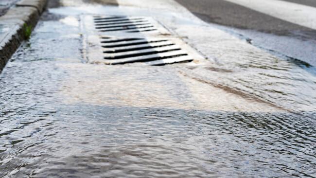 Kanal Abwasserkanal Abwasser Abpumpen Regen Hochwasser Symbolbild