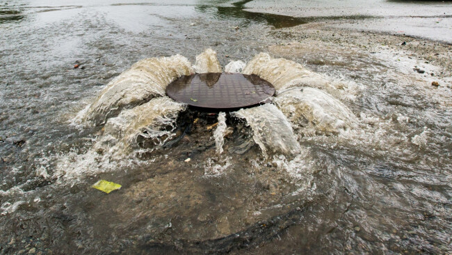 Hochwasser Kanal Abwasserkanal Abwasser Abpumpen Regen Symbolbild