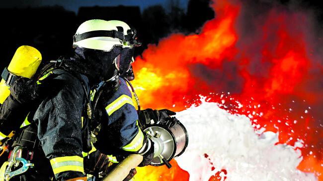 Symbolbild Feuerwehr Flammen Löschen