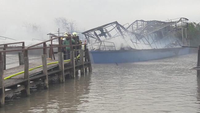 Mörbisch: Rundfahrtschiffe in Brand