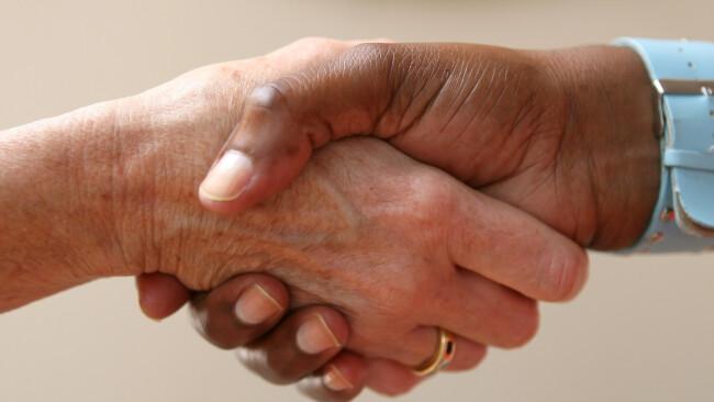 Symbolbild Verhandlung Versöhnung Aussöhnung Hilfe Helfen helfen