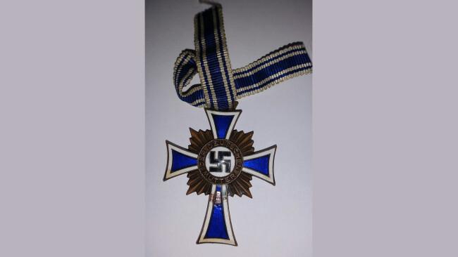Nationalsozialistische_Abzeichen_sichergestellt