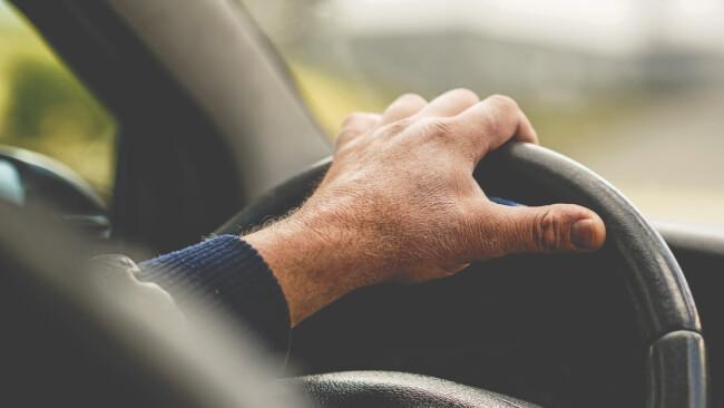 Symbolbild Auto Pkw auto fahren Mann Lenkrad
