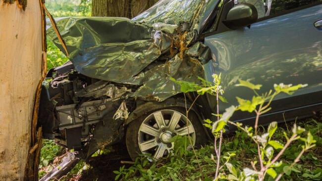 Auto kracht frontal gegen Baum auf der L1189