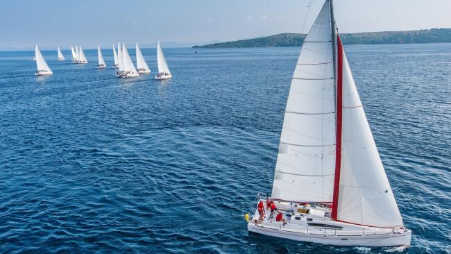 Segeln Segelboot Segelregatta Symbolbild Meer Segler Segelsport