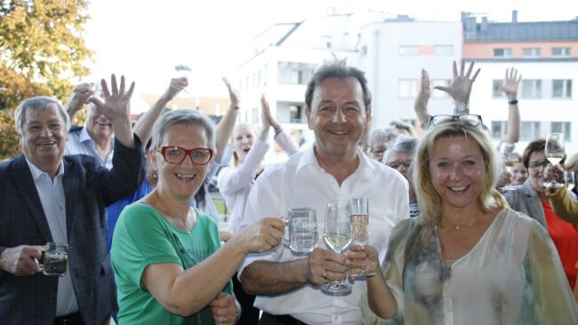 Freude über Wahlerfolg. ÖVP-Bezirksparteiobmann Nationalratsabgeordneter Niki Berlakovich stieß mit den Kandidatinnen Andrea Pfneiszl und Petra Herz an.