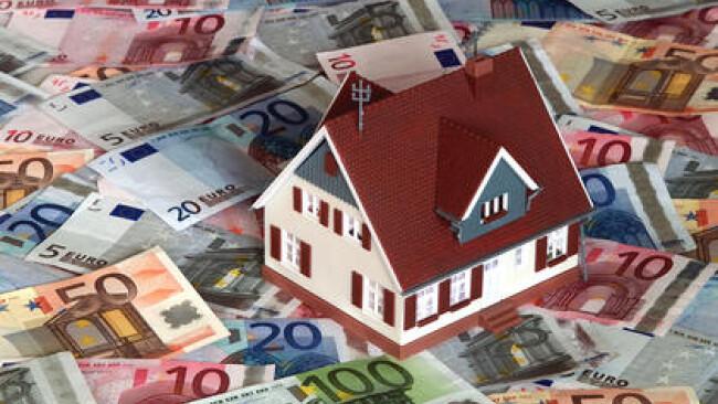 Symbolbild Modellhaus auf Euroscheinen