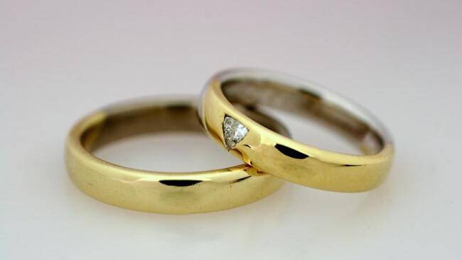 Eheringe - wedding rings Eheringe [ (c) www.BilderBox.com, Erwin Wodicka, Siedlerzeile 3, A-4062 Thening, Tel. + 43 676 5103678.Verwendung nur gegen HONORAR, BELEG,URHEBERVERMERK und den AGBs auf bilderbox.com](in an im auf aus als and beim mit einer eine