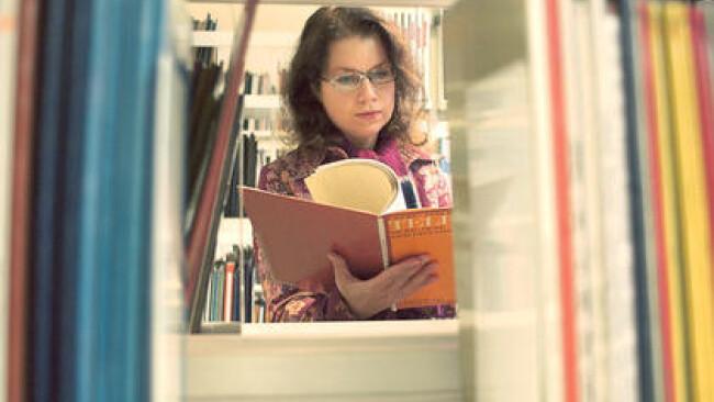 Junge Frau in einer Bibliothek