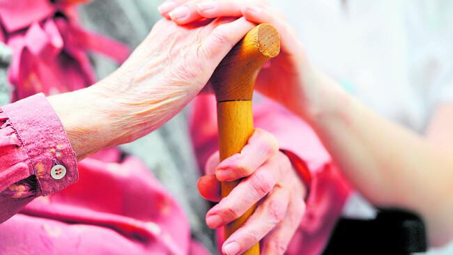Pflege Alte Dame Hände Symbolbild
