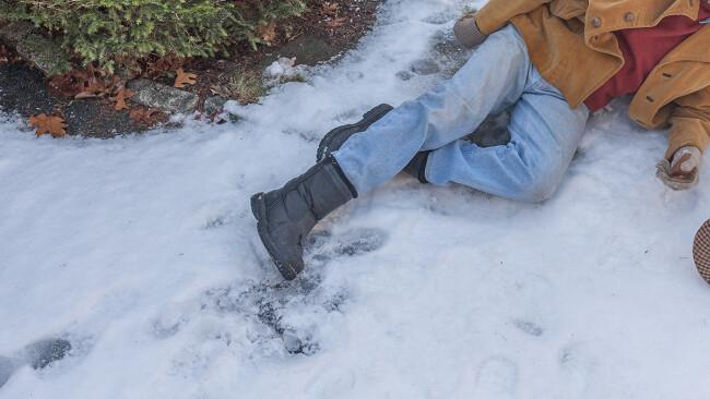 Mann Pensionist alter alt Winter Schnee Straße Fahrbahn Verletzt Verletzung Unfall Winter Symbolbild