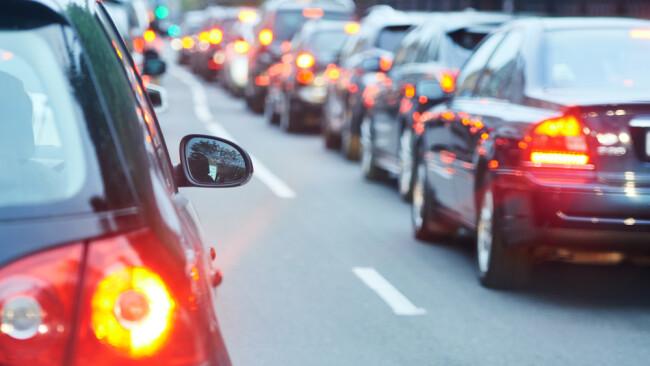 Symbolbild Stau Autobahn Autos
