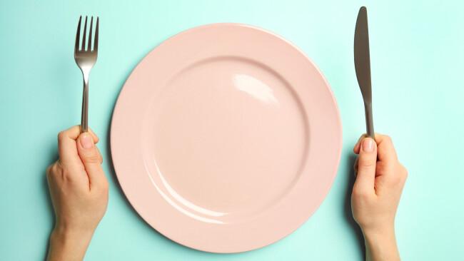 Hunger Essen leerer Teller hungrig Symbolbild