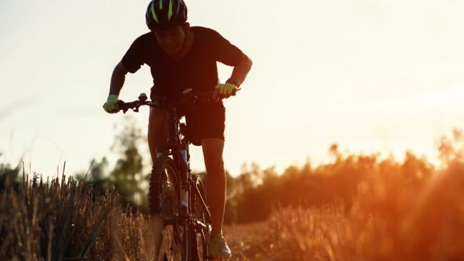 Rad Fahrrad Radtour Mountainbike Steigung Berg Hügel Anstieg Symbolbild alter Mann Pensionist