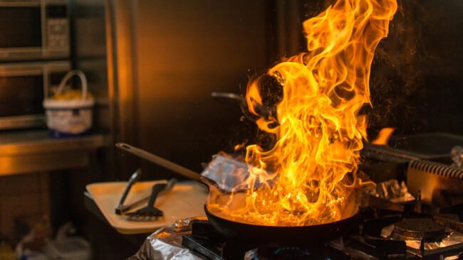 Küchenbrand Brand Küche Symbolfoto