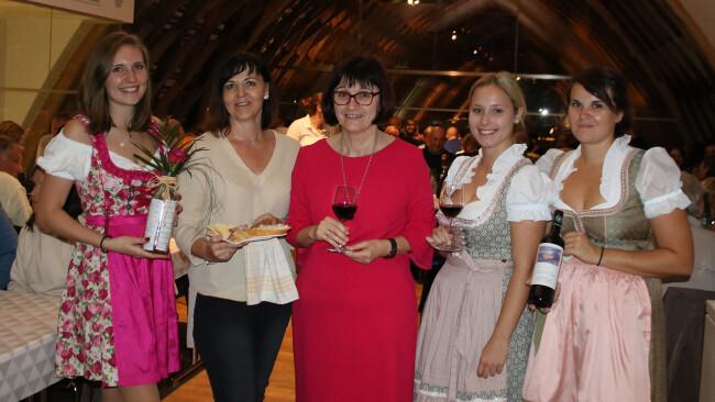 Verköstigten die Gäste. Lisa Hofer, die beiden Gastgeberinnen Alexandra Kröpfl und Waltraud Reisner-Igler sowie Anna Reumann und Lisa Hofer kümmerten sich um die Gäste beim 1. Pop-Up Heurigen im Weingut Hans Igler.