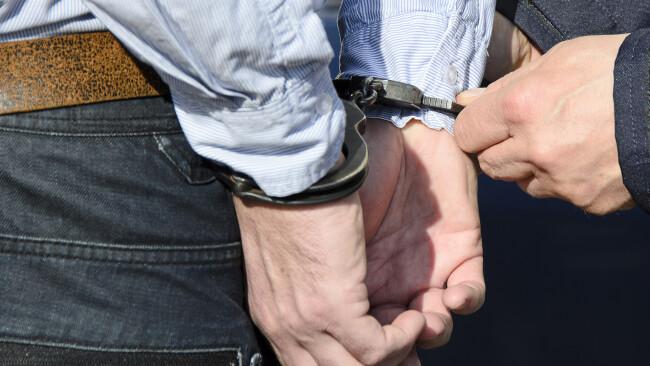 Festnahme Handschellen Symbolbild