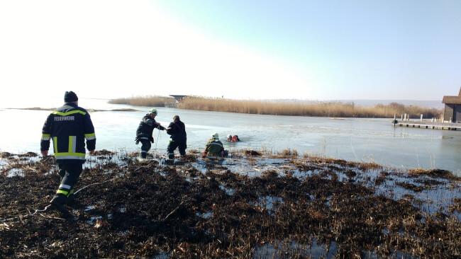 Mörbisch Eisläufer einbgebrochen Dünne Eisdecke am Neusiedler See