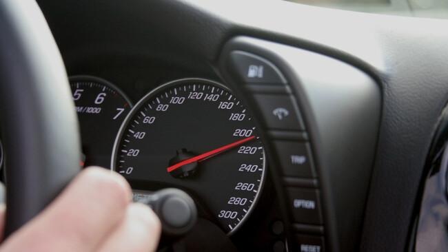Raser 200 km/h Tachometer Symbolbild
