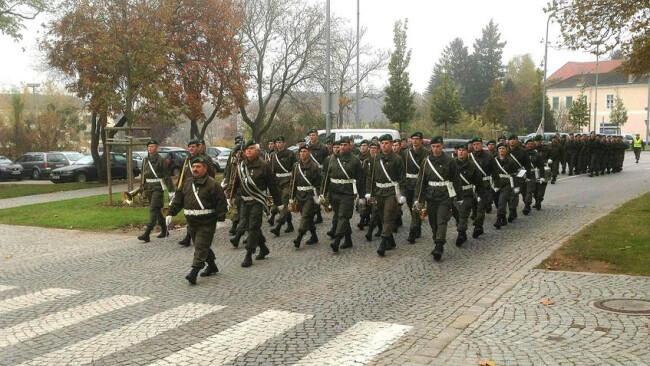 """BURGENLAND: BUNDESHEER - """"AUS"""" F†R MILIT€RMUSIK ST…SST AUF KRITIK ABD0042_20141103 - EISENSTADT - …STERREICH: ZU APA0265 VOM 3.11.2014 - Die MilitŠrmusik Burgenland marschiert am Montag, 3. November 2014, anlŠsslich des traditionellen Allerseele"""