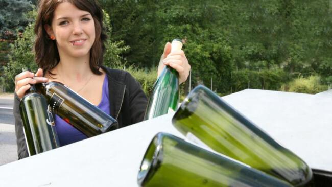 Bierflasche Flasche Müll Frau sammelt Altglas Frau sammelt Altglas [ (c) www.BilderBox.com, Erwin Wodicka, Siedlerzeile 3, A-4062 Thening, Tel. + 43 676 5103678.Verwendung nur gegen HONORAR, BELEG, URHEBERVERMERK nach AGBs auf bilderbox.com], 15ff, Alter