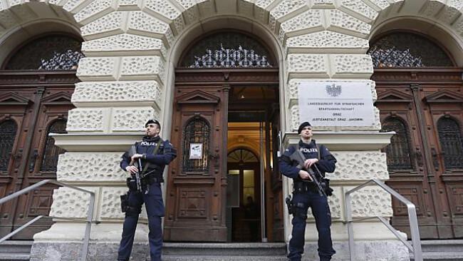Polizisten bewachen das Landesgericht
