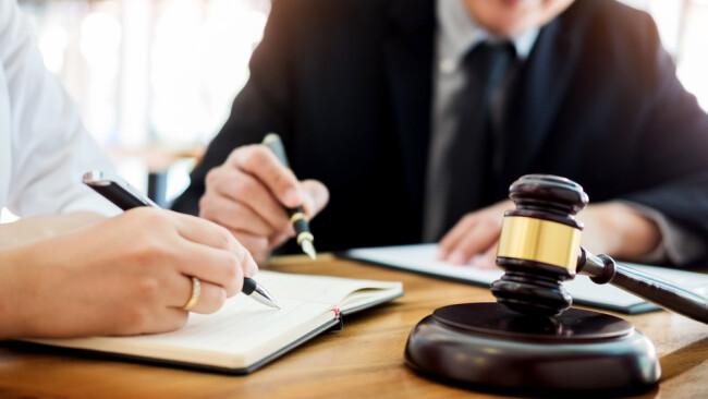 Symbolbild Anwalt Erbschaft Verlassenschaft Gericht Erklärung Auskunft Erben Unterschrift
