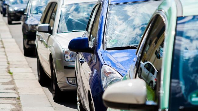 Symbolbild Auto Parken Straße Autospiegel Kolonne Verkehr PWK