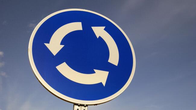 Schild Kreisverkehr Symbolbild