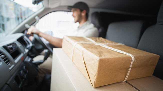 Paketfahrer Paketzusteller Paket Symbolbild