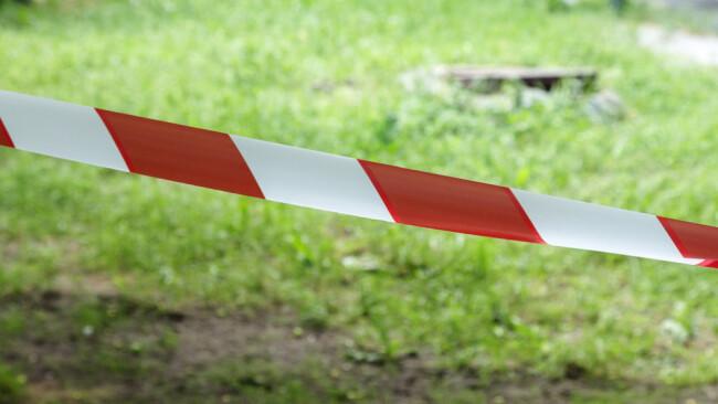 Sperre Absperrung Absperrband Symbolbild Straßensperre Wegesperre Brückensperre