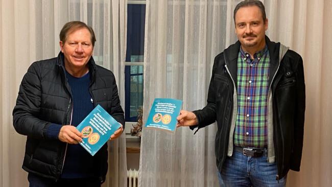 Bürgermeister Matthias Weghofer und Richard Helfer