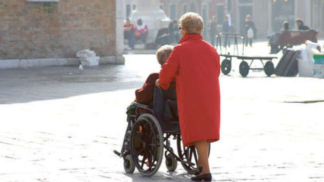 Frau schiebt einen Rollstuhl Frau schiebt einen Rollstuhl  [ (c) www.BilderBox.com, Erwin Wodicka, A-4063 Breitbrunn, Tel. +43 676 5103 678. Verwendung nur gegen HONORAR, BELEG, URHEBERVERMERK und den AGBs auf www.bilderbox.com ] in an am um im  auf einer
