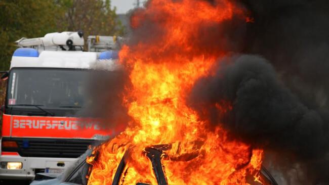 Brand Feuerwehr Autounfall Feuer Übung von Rettung und Feuerwehr bei Unfall mit Auto
