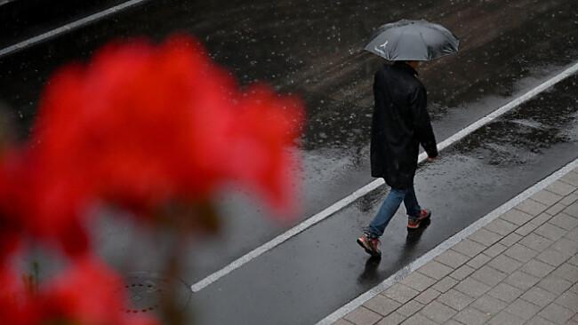 Der Regenschirm wird am Wochenende benötigt