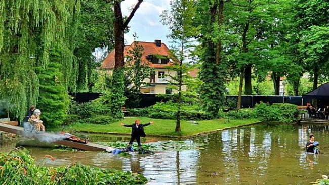 """Szene aus """"Rheingold - Immer noch Loge"""" im Park des Festspielhauses Bayreuth"""