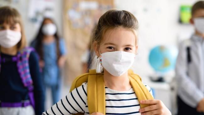 kind schule maske coronavirus symbolbild
