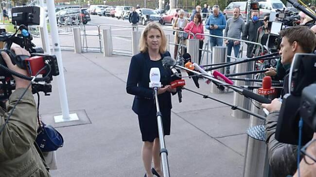 Meinl-Reisinger vor der Hofburg