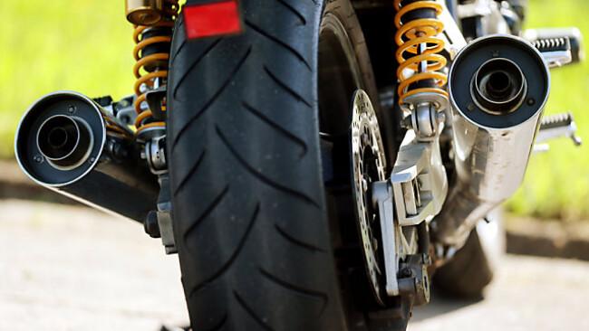 Motorrad braucht länger als Wohnwagengespann zum Stillstand